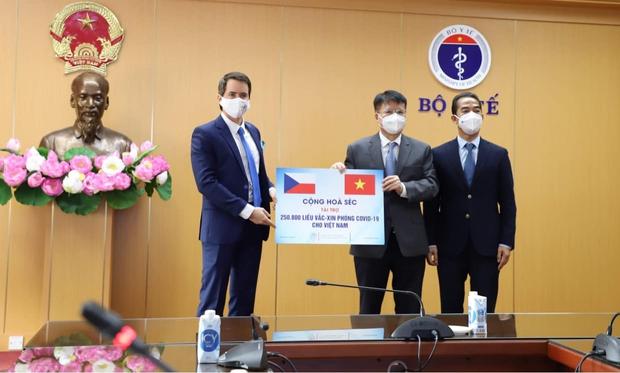 Việt Nam tiếp nhận hơn 250.000 liều vaccine Covid-19 do Chính phủ Cộng hòa Séc trao tặng - Ảnh 1.