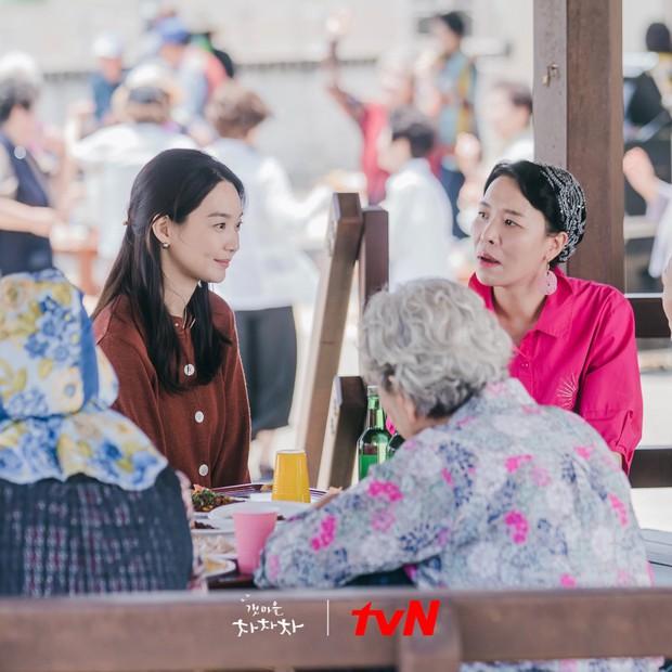 4 hội bà tám láng giềng gây sốt màn ảnh Hàn: Hàng xóm Kim Seon Ho át vía hội Reply 1988 về độ nhiều chuyện luôn - Ảnh 1.