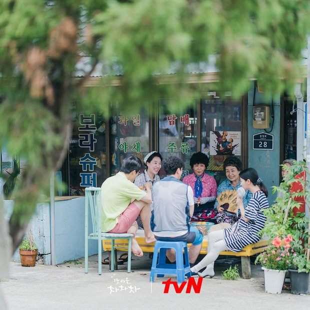 4 hội bà tám láng giềng gây sốt màn ảnh Hàn: Hàng xóm Kim Seon Ho át vía hội Reply 1988 về độ nhiều chuyện luôn - Ảnh 2.