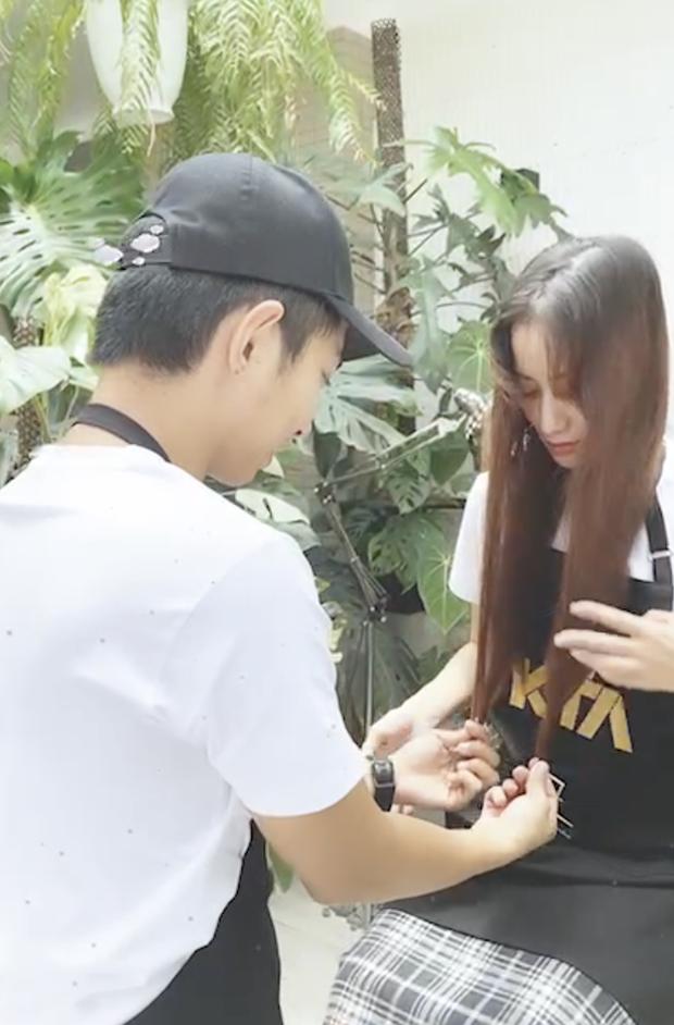 Netizen để ý ánh mắt Khánh Thi đượm buồn, biểu cảm gượng gạo trong livestream với Phan Hiển hậu tin đồn trà xanh - Ảnh 7.