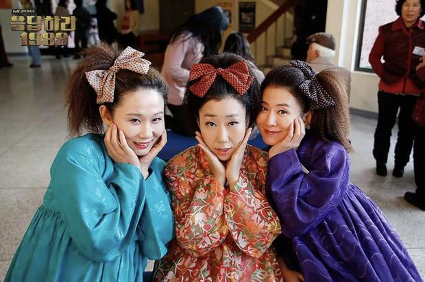 4 hội bà tám láng giềng gây sốt màn ảnh Hàn: Hàng xóm Kim Seon Ho át vía hội Reply 1988 về độ nhiều chuyện luôn - Ảnh 9.