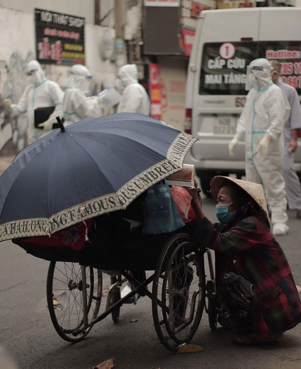 Người phụ nữ vô gia cư khóc nức nở, đau đớn nhận lại tro cốt người chồng qua đời trên chiếc xe lăn giữa Sài Gòn - Ảnh 1.