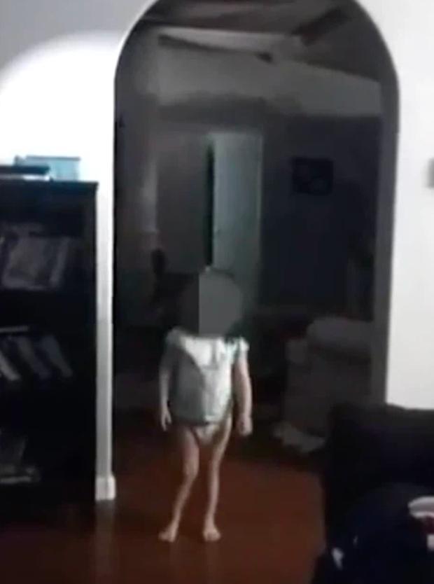 Quay video cho con gái, mẹ xem lại thì run lẩy bẩy phát hiện thứ kinh dị lấp ló sau đứa trẻ, hàng triệu người xem cũng sởn da gà - Ảnh 1.