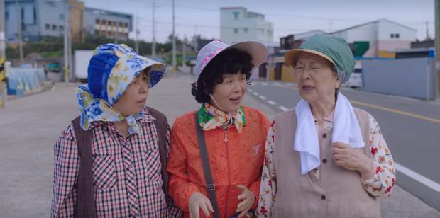 4 hội bà tám láng giềng gây sốt màn ảnh Hàn: Hàng xóm Kim Seon Ho át vía hội Reply 1988 về độ nhiều chuyện luôn - Ảnh 3.