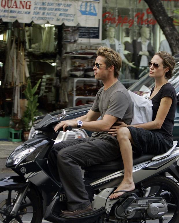 Loạt ảnh Brad - Angelina Jolie thập niên 2000 gây bão mạng: Visual như tranh vẽ, đỉnh nhất hình lái xe máy, đi dép lê ở Việt Nam - Ảnh 2.