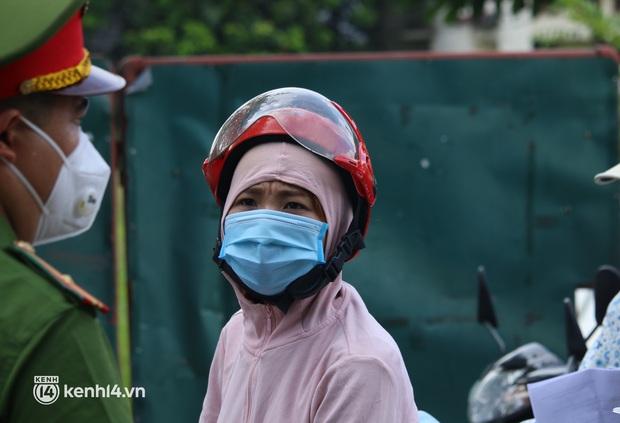 Hà Nội: Nhiều người bị yêu cầu quay xe vì không có lịch trực - Ảnh 3.