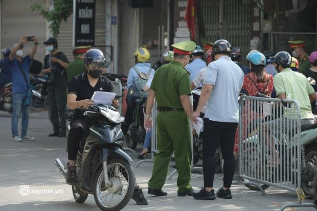 Hà Nội: Nhiều người bị yêu cầu quay xe vì không có lịch trực - Ảnh 6.