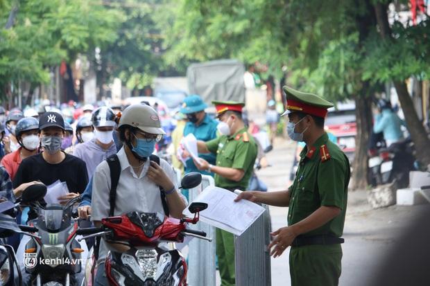 Hà Nội: Nhiều người bị yêu cầu quay xe vì không có lịch trực - Ảnh 1.