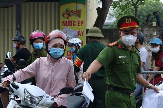 Hà Nội: Nhiều người bị yêu cầu quay xe vì không có lịch trực - Ảnh 4.