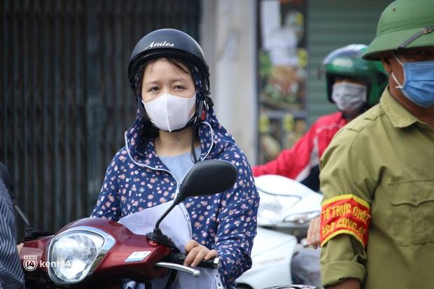 Hà Nội: Nhiều người bị yêu cầu quay xe vì không có lịch trực - Ảnh 11.