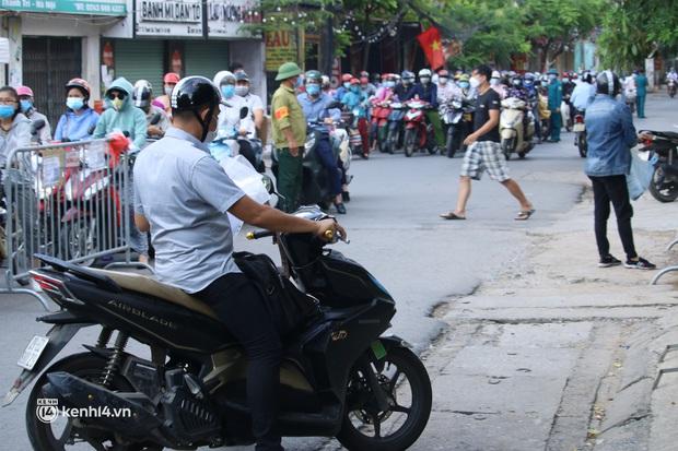 Hà Nội: Nhiều người bị yêu cầu quay xe vì không có lịch trực - Ảnh 7.