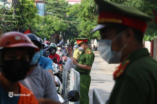 Hà Nội: Nhiều người bị yêu cầu quay xe vì không có lịch trực - Ảnh 13.