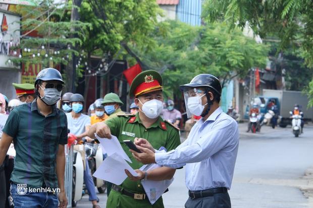 Hà Nội: Nhiều người bị yêu cầu quay xe vì không có lịch trực - Ảnh 12.