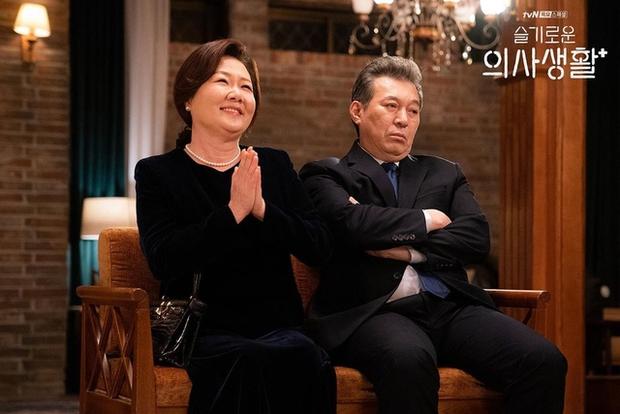 Hospital Playlist 2 sắp hết mà vẫn còn 5 bí ẩn quá lớn: Song Hwa - Ik Jun dễ friendzone mãi mãi, đôi Bồ Câu và nhà Gấu vẫn chưa đâu vào đâu? - Ảnh 4.