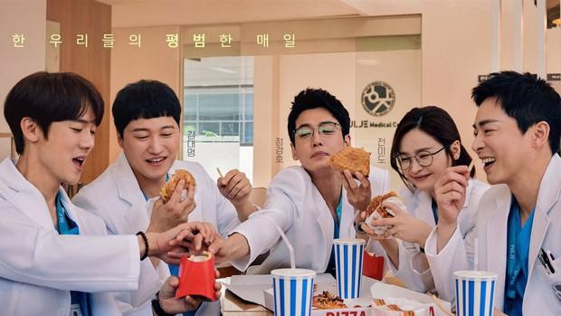 Hospital Playlist 2 sắp hết mà vẫn còn 5 bí ẩn quá lớn: Song Hwa - Ik Jun dễ friendzone mãi mãi, đôi Bồ Câu và nhà Gấu vẫn chưa đâu vào đâu? - Ảnh 8.