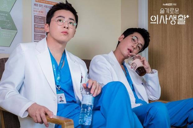 Hospital Playlist 2 sắp hết mà vẫn còn 5 bí ẩn quá lớn: Song Hwa - Ik Jun dễ friendzone mãi mãi, đôi Bồ Câu và nhà Gấu vẫn chưa đâu vào đâu? - Ảnh 15.