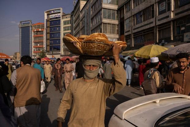 Thật tốt vì Taliban đến để giải quyết đống đàn bà như cô - Lời mạt sát của gã chủ hàng tạp hóa và một ngày làm phụ nữ tại Afghanistan lúc này - Ảnh 2.