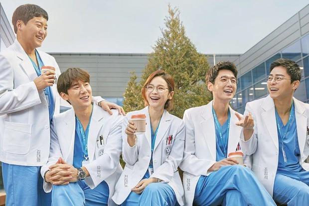 10 phim Hàn có rating mở màn cao nhất đài tvN: Hospital Playlist 2 nắm trùm, Hometown Cha-Cha-Cha cũng chả vừa - Ảnh 1.