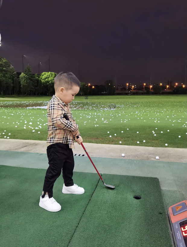 Lớp học CEO nhí dành cho con nhà giàu xứ Trung: 3 tuổi học đánh golf, tập ký hợp đồng giá trị, cư xử như một quý tộc Anh - Ảnh 1.