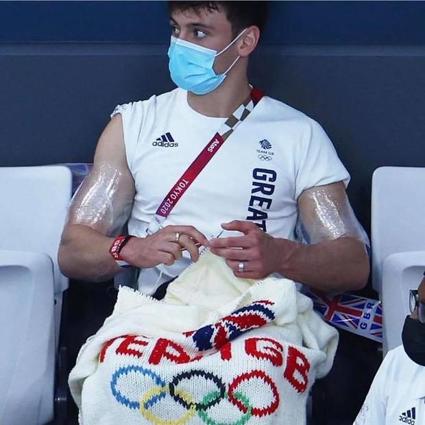 """VĐV mỹ nam say sưa đan len trên khán đài Olympic gây sốt MXH vì quá dễ thương nhưng bất ngờ bị ném đá """"ngược"""" dữ dội - Ảnh 8."""