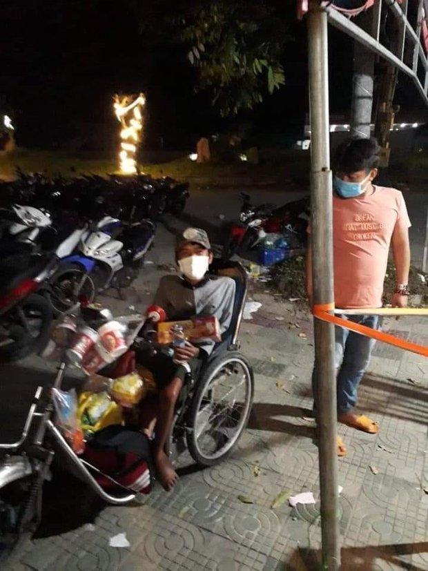Chàng trai bán vé số đi xe lăn 7 ngày từ TP.HCM về Phú Yên: Xót xa đôi chân teo tóp và thân hình gầy guộc - Ảnh 2.