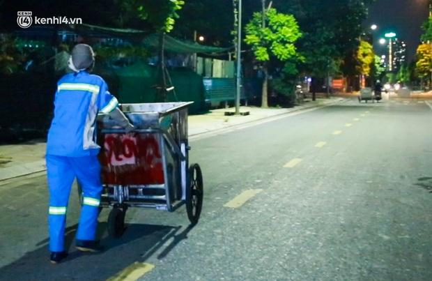 Ấm lòng: Được tặng 5 chiếc xe máy, nữ lao công ở Hà Nội bị cướp xe trong đêm đã tặng lại 2 chiếc cho đồng nghiệp - Ảnh 2.