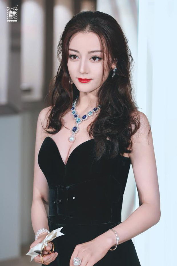 Địch Lệ Nhiệt Ba rất hay che chắn ỡm ờ khi mặc váy áo sexy, cô Ba ơi bỏ tay ra xem nào! - Ảnh 4.