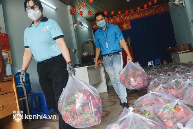 Vay ngân hàng để xây dãy trọ nhưng anh chủ vẫn giảm tiền thuê, còn mua tặng thực phẩm cho bà con nghèo ở Sài Gòn - Ảnh 9.