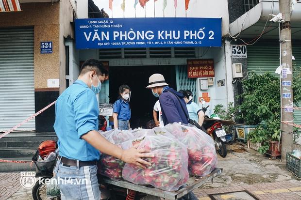 Vay ngân hàng để xây dãy trọ nhưng anh chủ vẫn giảm tiền thuê, còn mua tặng thực phẩm cho bà con nghèo ở Sài Gòn - Ảnh 10.