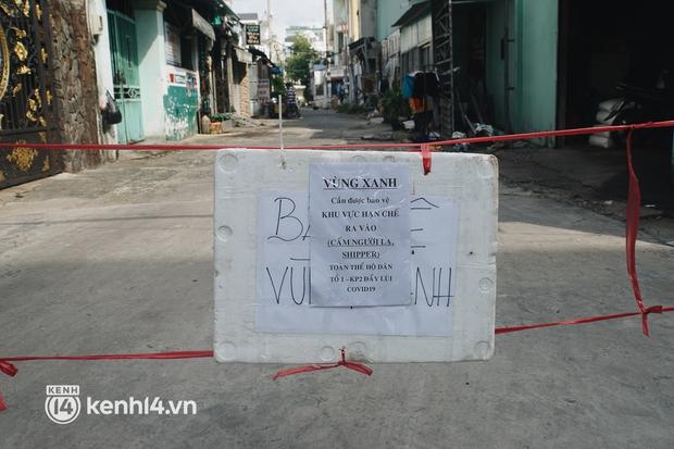 Vay ngân hàng để xây dãy trọ nhưng anh chủ vẫn giảm tiền thuê, còn mua tặng thực phẩm cho bà con nghèo ở Sài Gòn - Ảnh 12.