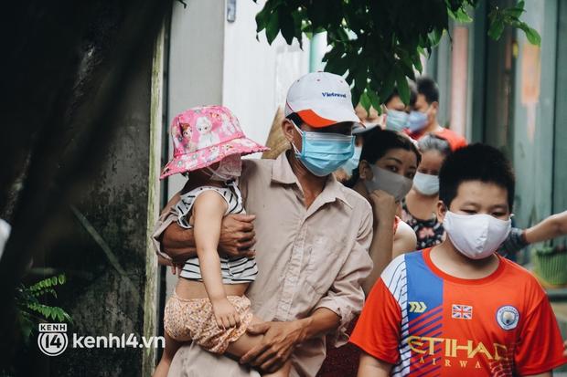 Vay ngân hàng để xây dãy trọ nhưng anh chủ vẫn giảm tiền thuê, còn mua tặng thực phẩm cho bà con nghèo ở Sài Gòn - Ảnh 2.