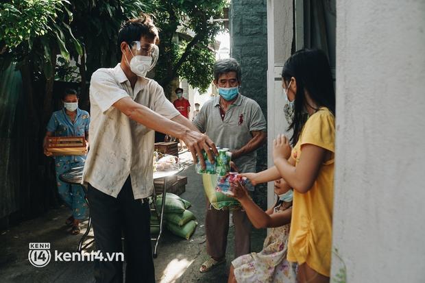 Vay ngân hàng để xây dãy trọ nhưng anh chủ vẫn giảm tiền thuê, còn mua tặng thực phẩm cho bà con nghèo ở Sài Gòn - Ảnh 3.