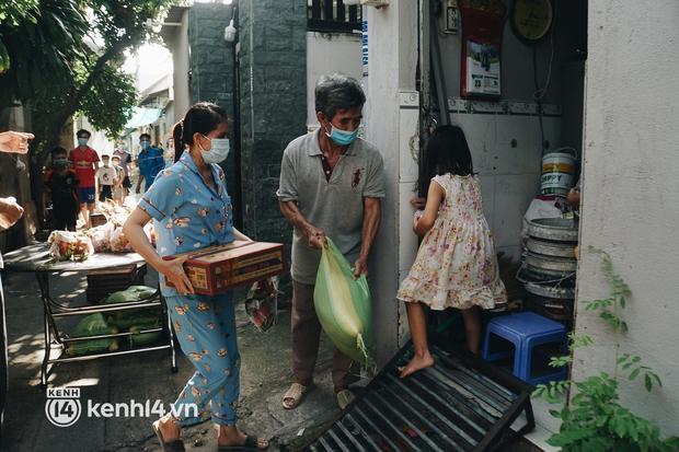 Vay ngân hàng để xây dãy trọ nhưng anh chủ vẫn giảm tiền thuê, còn mua tặng thực phẩm cho bà con nghèo ở Sài Gòn - Ảnh 6.
