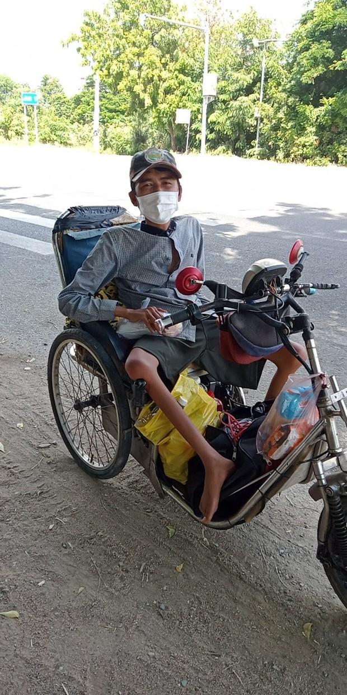 Chàng trai bán vé số đi xe lăn 7 ngày từ TP.HCM về Phú Yên: Xót xa đôi chân teo tóp và thân hình gầy guộc - Ảnh 1.