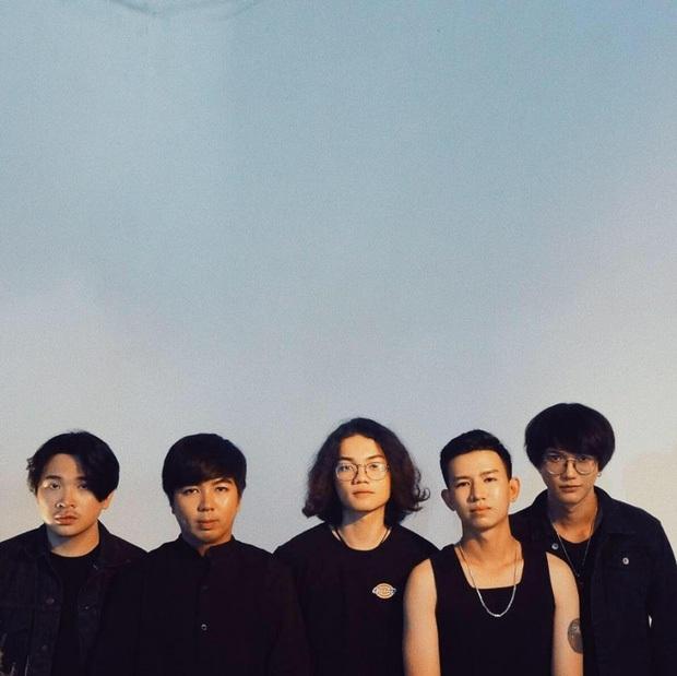 Nhóm nhạc nam Vpop tha thiết được đi diễn tại khu cách ly nhưng nghe list bài hát xong lập tức quay xe  - Ảnh 2.