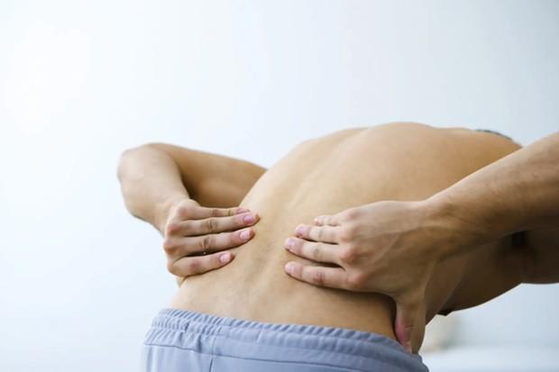 3 dấu hiệu bất thường ở vùng lưng cho thấy tế bào ung thư gõ cửa, mong rằng bạn không có triệu chứng nào - Ảnh 2.
