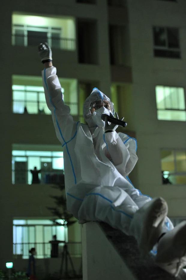 Tóc Tiên lâu lắm mới đi diễn, mặc đồ bảo hộ cao hứng lên nhảy xong té chổng vó - Ảnh 3.