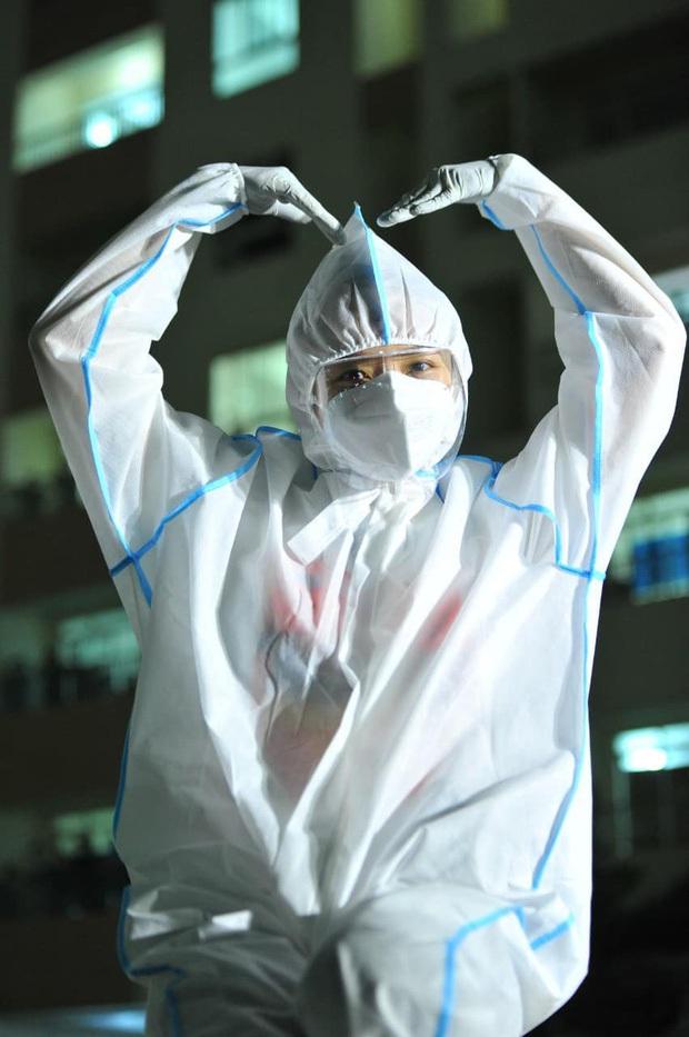 Tóc Tiên lâu lắm mới đi diễn, mặc đồ bảo hộ cao hứng lên nhảy xong té chổng vó - Ảnh 9.