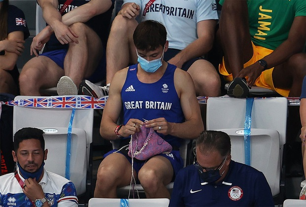 """VĐV mỹ nam say sưa đan len trên khán đài Olympic gây sốt MXH vì quá dễ thương nhưng bất ngờ bị ném đá """"ngược"""" dữ dội - Ảnh 1."""