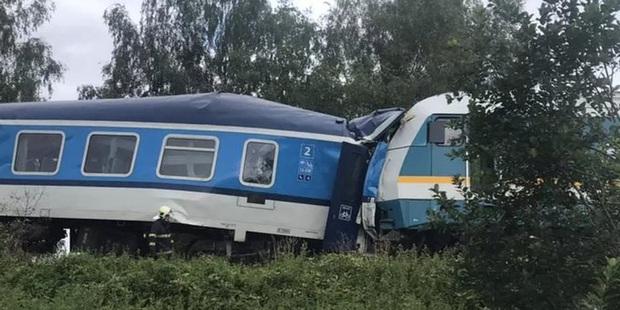 [NÓNG] Trên 50 người thương vong trong vụ tai nạn tàu hỏa nghiêm trọng ở Cộng hòa Séc - Ảnh 1.
