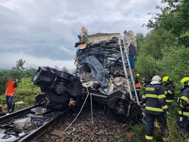[NÓNG] Trên 50 người thương vong trong vụ tai nạn tàu hỏa nghiêm trọng ở Cộng hòa Séc - Ảnh 2.
