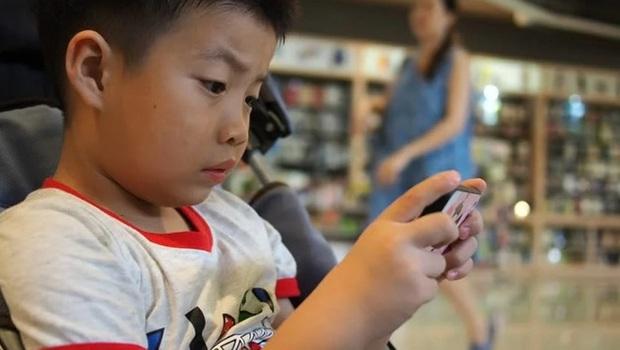 Chuyện khôi hài: thiếu niên TQ nghiện smartphone bị sai làm việc nhà liền báo cảnh sát bắt người bố, cáo buộc đã lạm dụng lao động trẻ em - Ảnh 1.