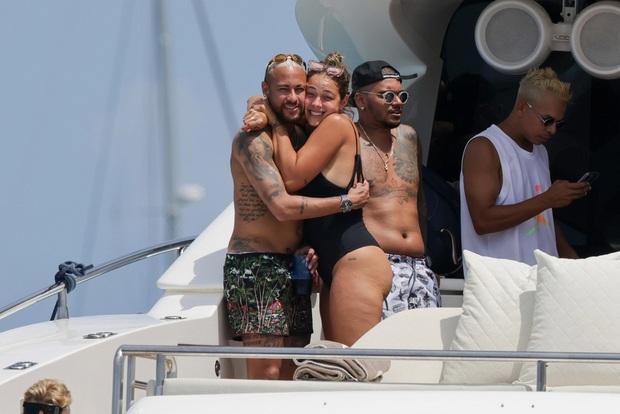 Mặc bồ cũ khoe ảnh nhạy cảm, Neymar thoải mái ôm... bồ cũ khác trên du thuyền sang chảnh - Ảnh 3.