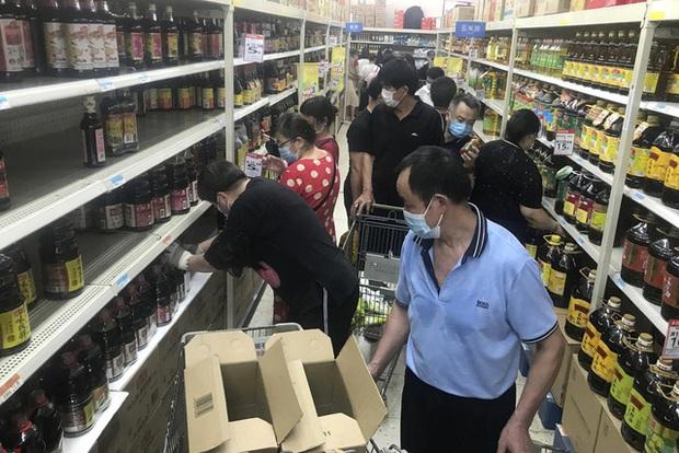 Vũ Hán trở lại những ngày đầu chống dịch, người dân mua sắm hoảng loạn - Ảnh 3.