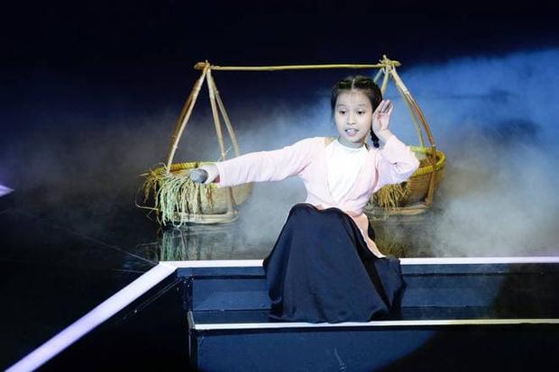 Cô bé ốc tiêu từng gặp sự cố sập sân khấu ở Giọng Hát Việt Nhí nay đã cao lớn phổng phao khó nhận ra! - Ảnh 2.