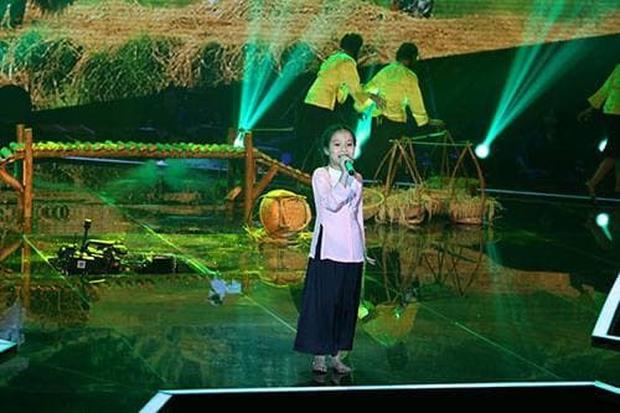 Cô bé ốc tiêu từng gặp sự cố sập sân khấu ở Giọng Hát Việt Nhí nay đã cao lớn phổng phao khó nhận ra! - Ảnh 4.