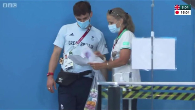 """VĐV mỹ nam say sưa đan len trên khán đài Olympic gây sốt MXH vì quá dễ thương nhưng bất ngờ bị ném đá """"ngược"""" dữ dội - Ảnh 9."""