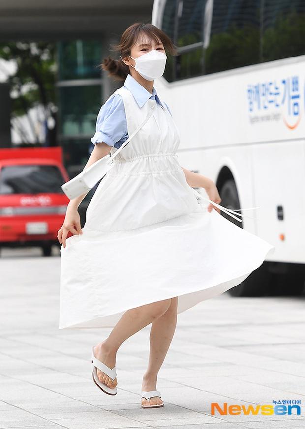 """Màn đọ sắc của dàn mỹ nhân Kpop đi làm: Wendy (Red Velvet) trắng bật tông, nữ thần lai Somi nhà YG như búp bê sống át cả """"thánh body"""" - Ảnh 9."""