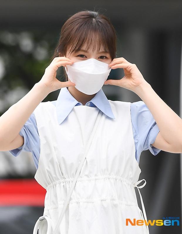 """Màn đọ sắc của dàn mỹ nhân Kpop đi làm: Wendy (Red Velvet) trắng bật tông, nữ thần lai Somi nhà YG như búp bê sống át cả """"thánh body"""" - Ảnh 8."""