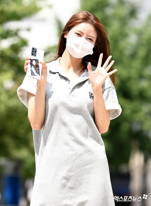"""Màn đọ sắc của dàn mỹ nhân Kpop đi làm: Wendy (Red Velvet) trắng bật tông, nữ thần lai Somi nhà YG như búp bê sống át cả """"thánh body"""" - Ảnh 6."""
